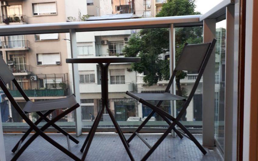 Estudio totalmente equipado con balcon a la calle.